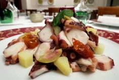 polpo con patate, olive e pomodorini secchi